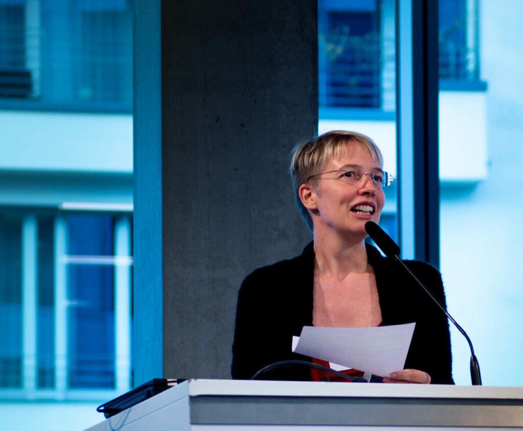 Bild von Katharina Debus bei einem Vortrag